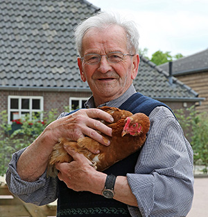 Jan en zijn kippen op de zorgboerderij.